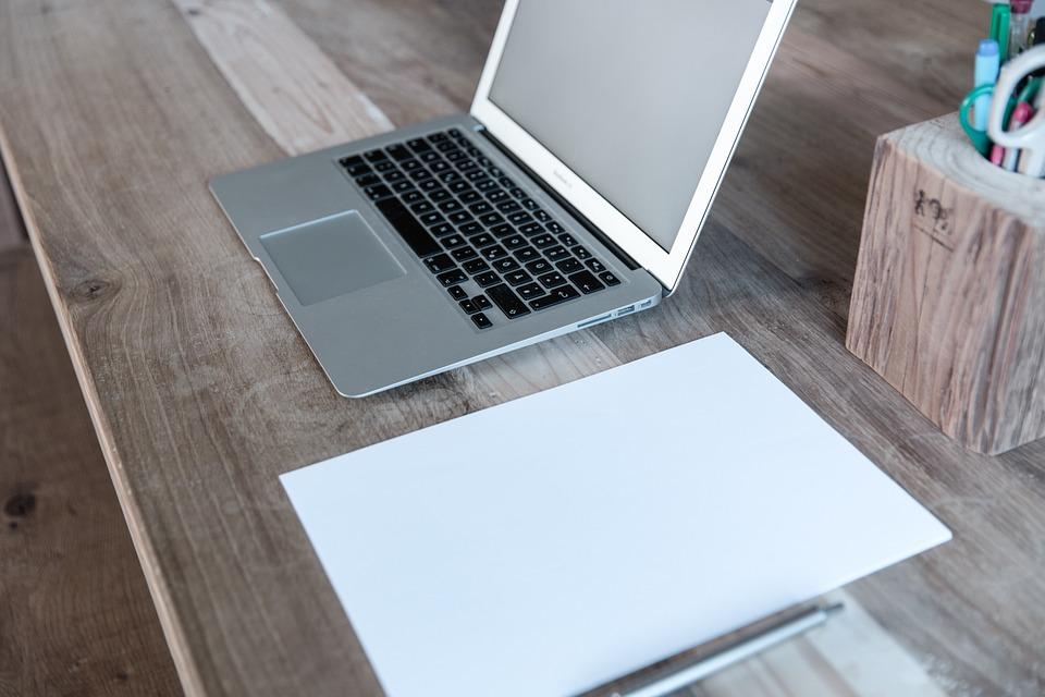 laptop met papier